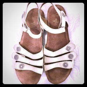 EUC Dansko sandals in size 40 but fit like a 9